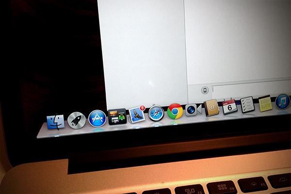 biale plamy MacBook Pro z ekranem Retina